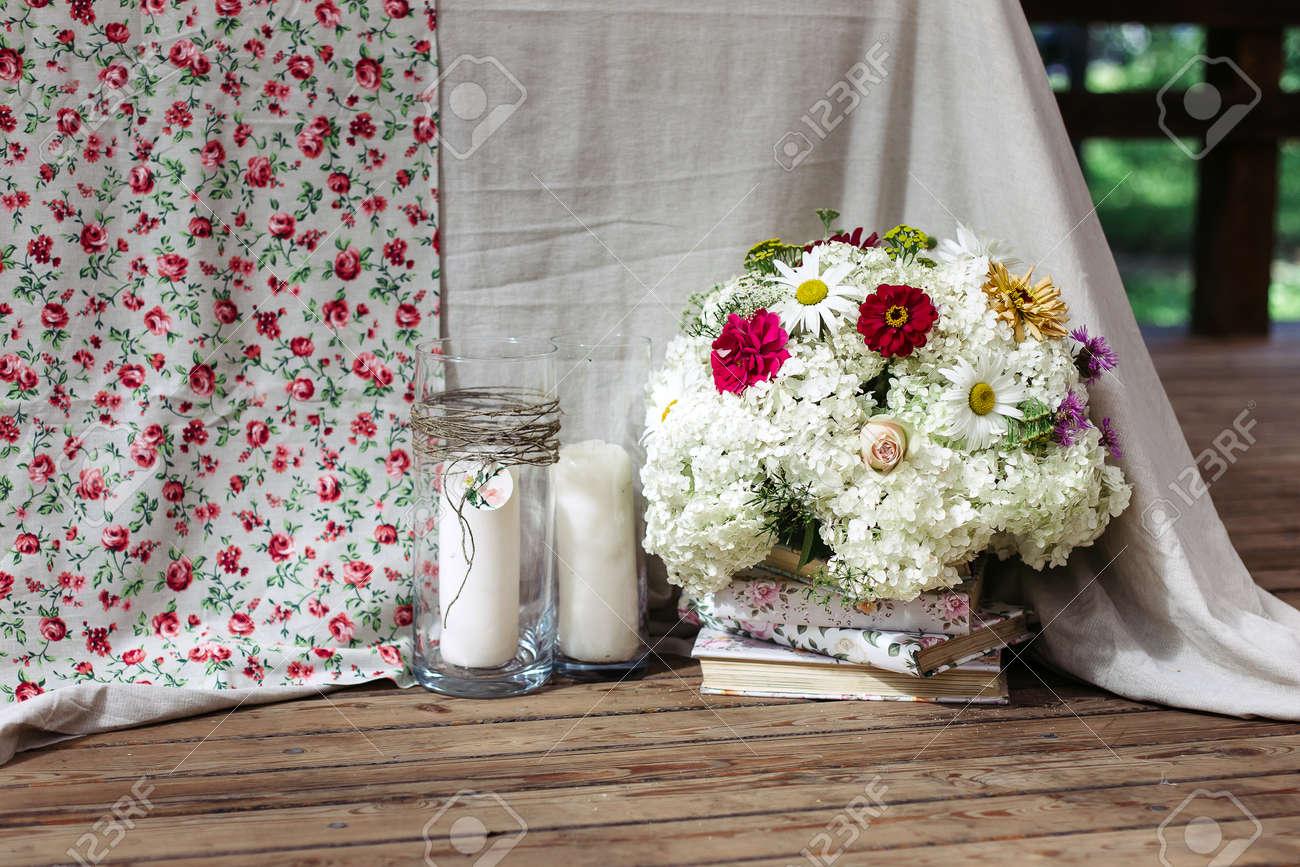 arrangement floral de fleurs blanches à la table de mariage. le