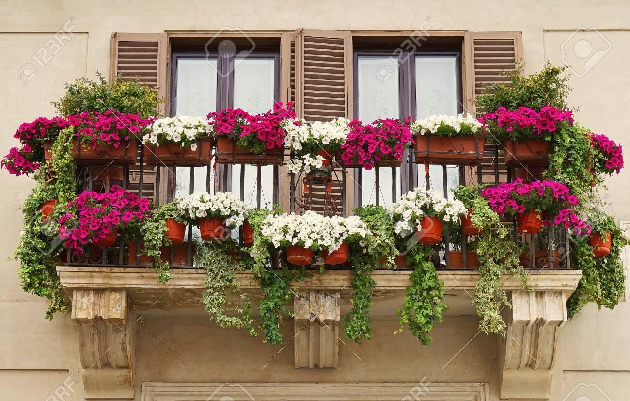 Schöner Balkon Mit Blumentöpfen An Der Piazza Navona In Rom ...