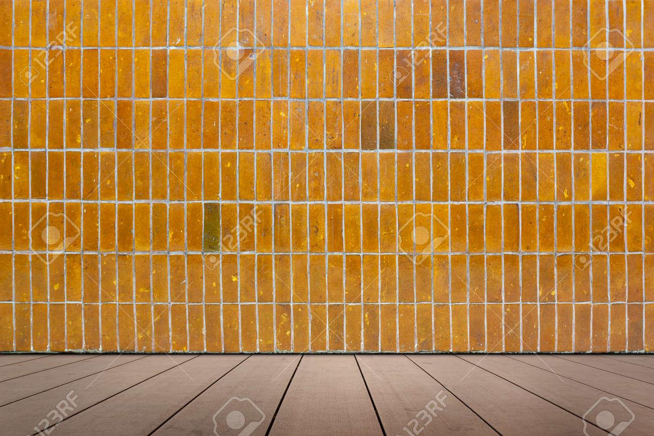 Piastrella da rivestimento a mosaico e pavimento in legno foto