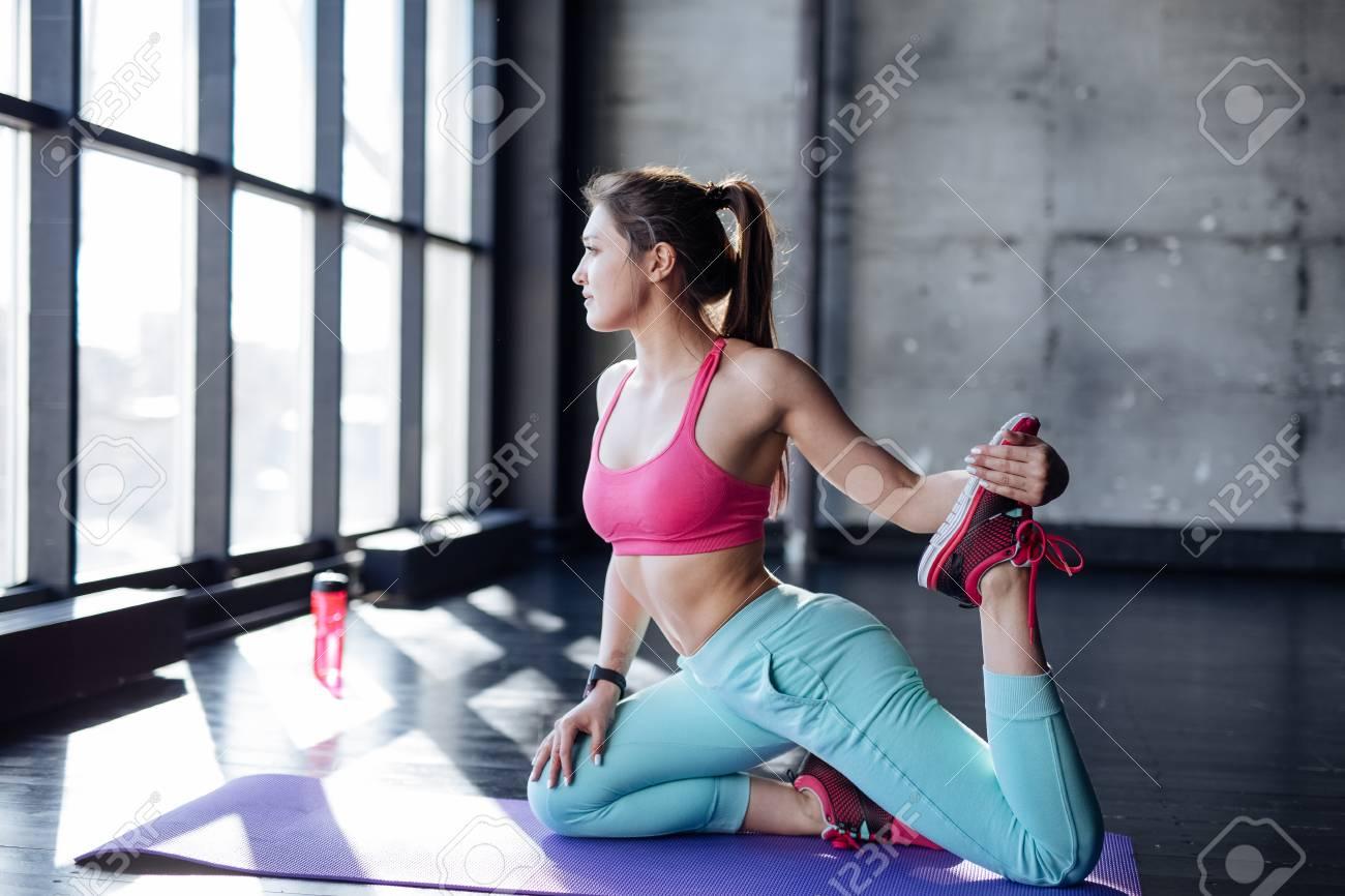 ff0169cf3 Mujer Estera De Yoga Estirar La Cadera, Los Músculos Isquiotibiales Y El  área De La Ingle, Los Músculos De Las Piernas Con Estiramiento De La Paloma.
