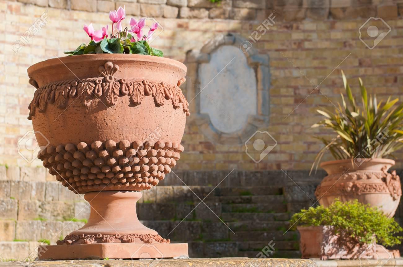 Vaso Di Coccio.Vaso Di Terracotta Typicsal Di Caltagirone Utilizzati Come Ornamento In Una Piazzetta Della Citta