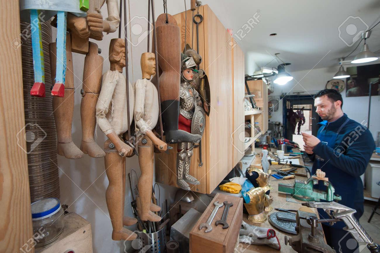 Vista De Algunas Marionetas Sicilianas Sin Terminar En El Taller De ...