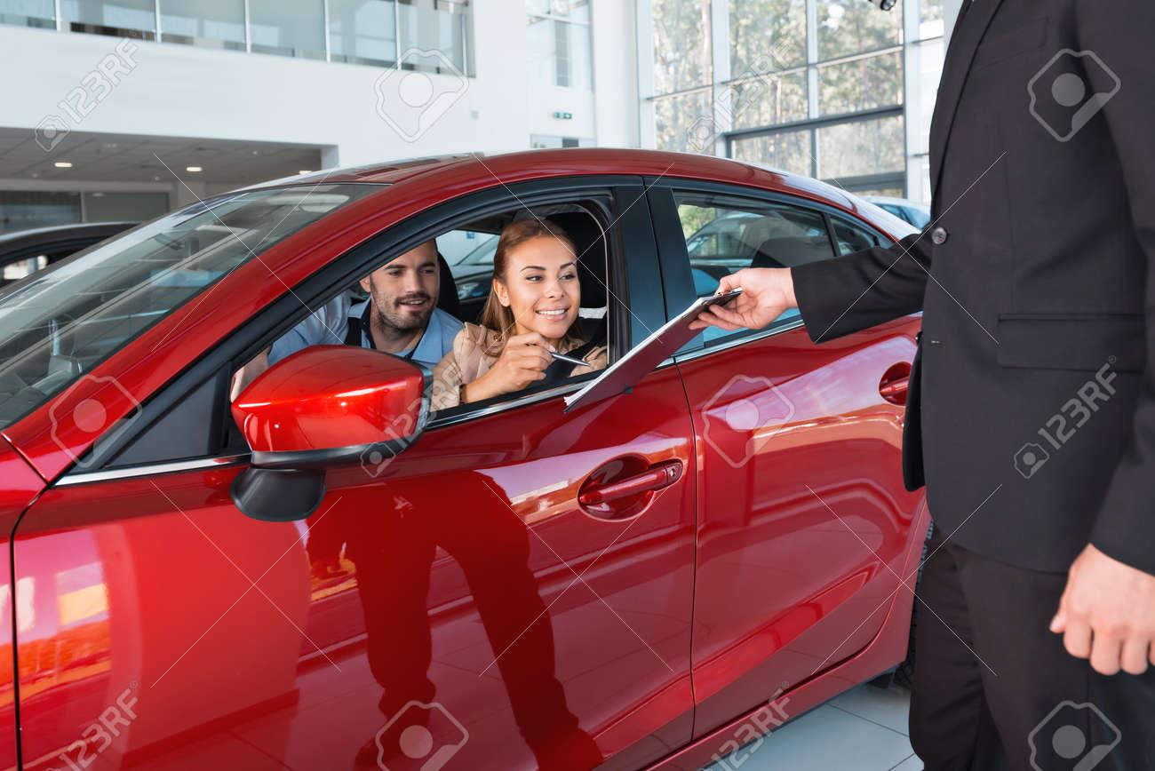 Foto Des Jungen Paares Im Inneren Neuen Auto Zu Sitzen. Frau ...