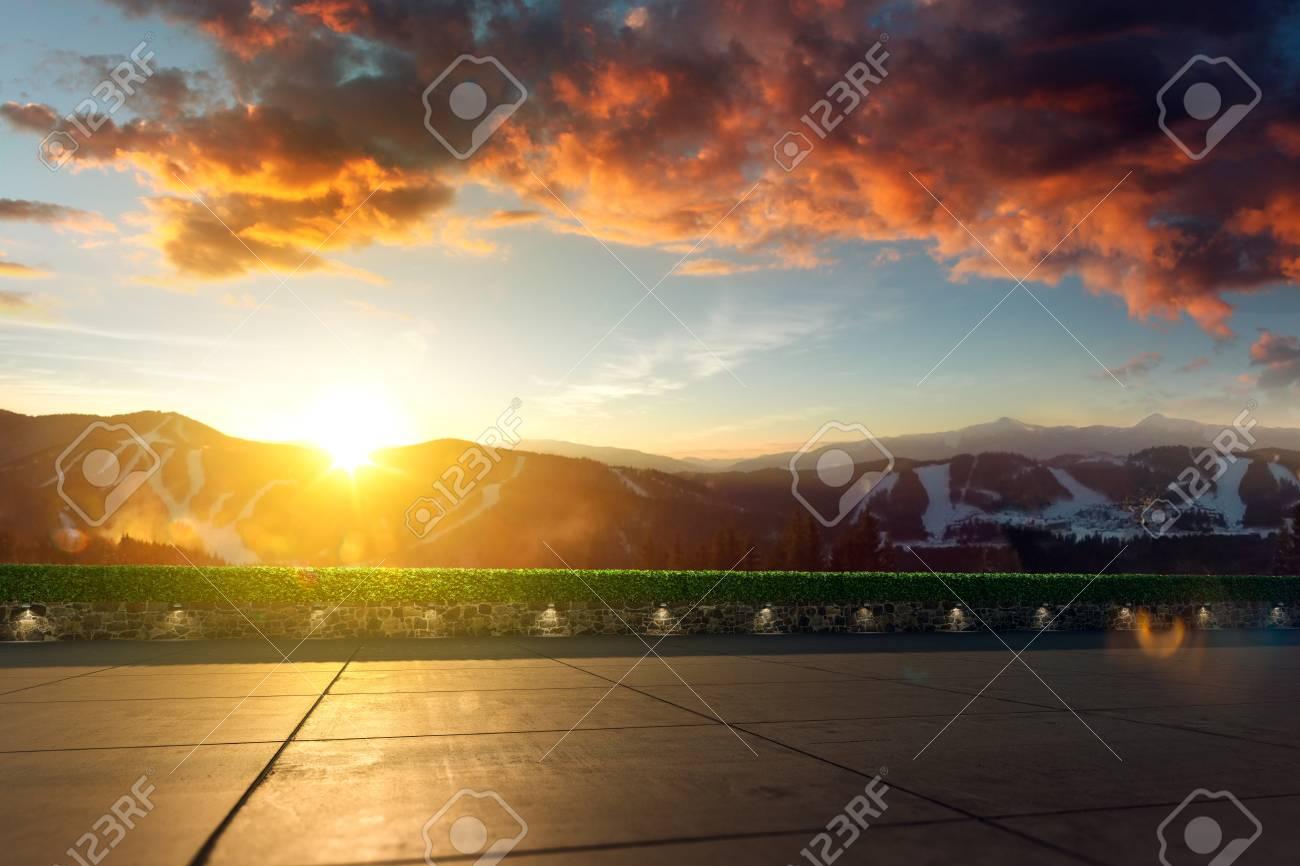 Posizione con paesaggio montano vuoto sullo sfondo d rendono la