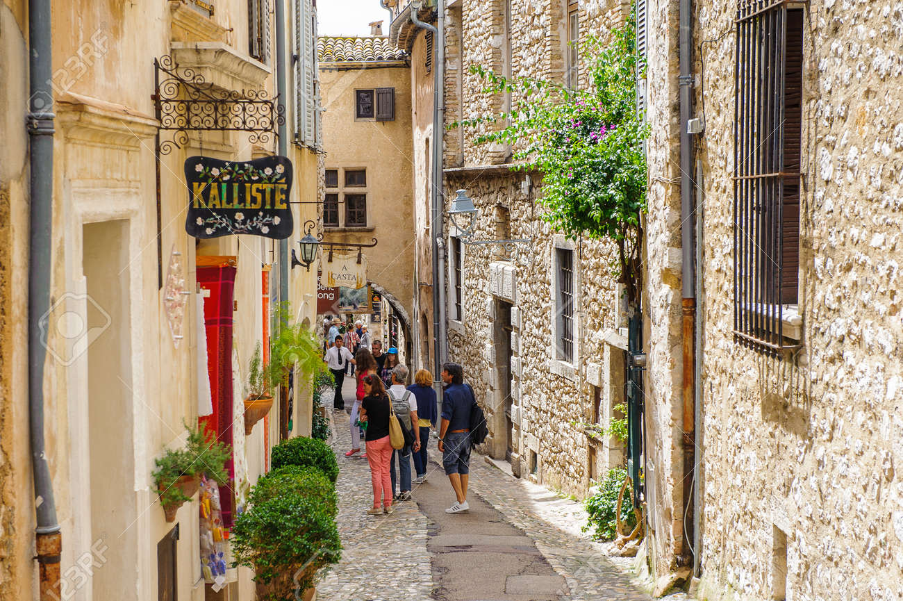 SAINT-PAUL-DE-VENCE, FRANCE - JUN 25, 2014: Old architecture and street of Saint Paul de Vence, one of the oldest towns of the Frence Riviera. Town of painters and galleries - 106329602