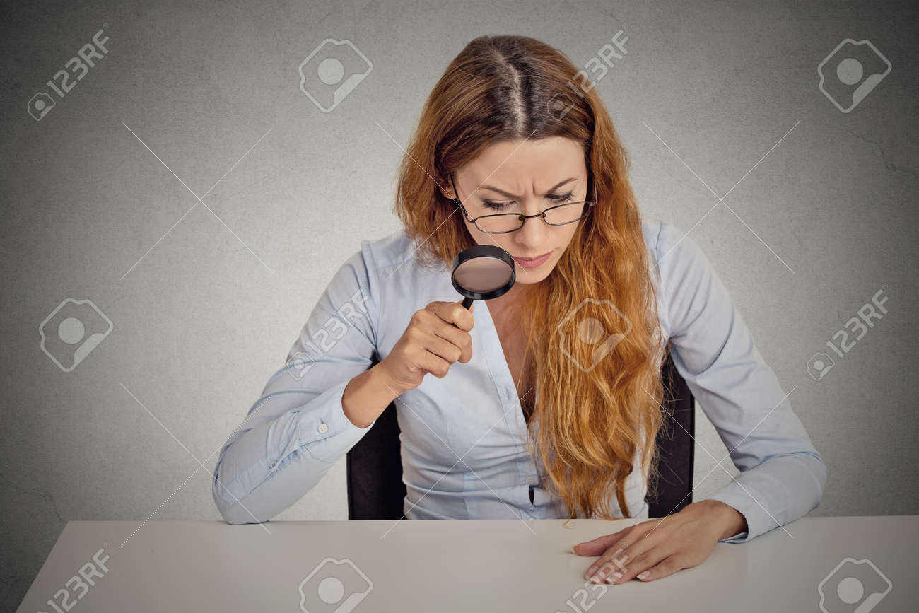 Retrato Mujer De Negocios Serio Con Gafas Con Escepticismo Mirando A ...