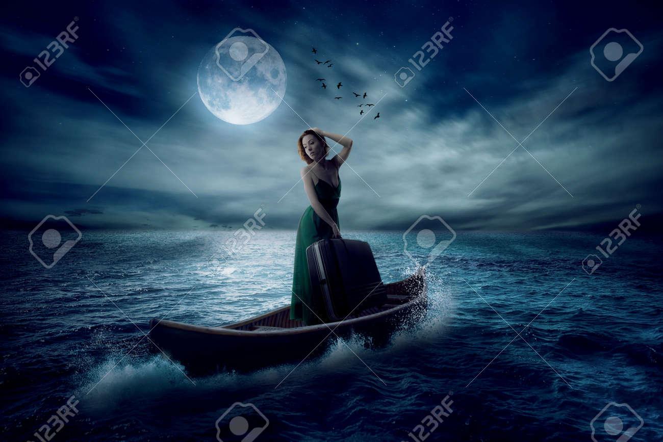 Femme Elegante Avec Une Valise Debout Sur Le Bateau Dans L Ocean Milieu Apres La Tempete A La Derive Avec Les Nuages Du Ciel Clair De Lune Fond Conceptuel Economiseur D Ecran De Paysage