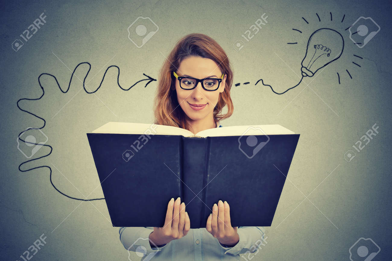 Frau In Den Gl Sern Liest Ein Dickes Buch Kommt Mit Einer Idee