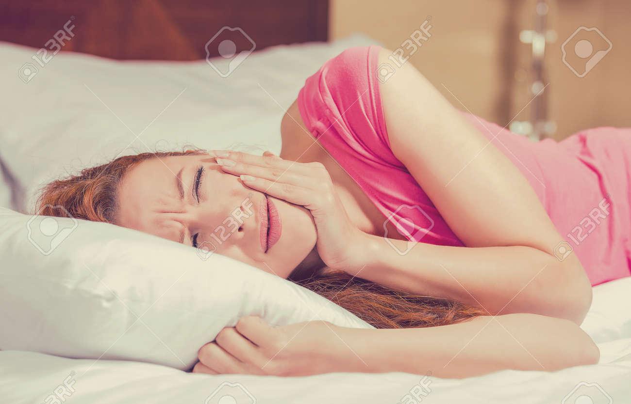Junge Frau Mit Zahnschmerzen Im Bett Liegen Negative Menschliche