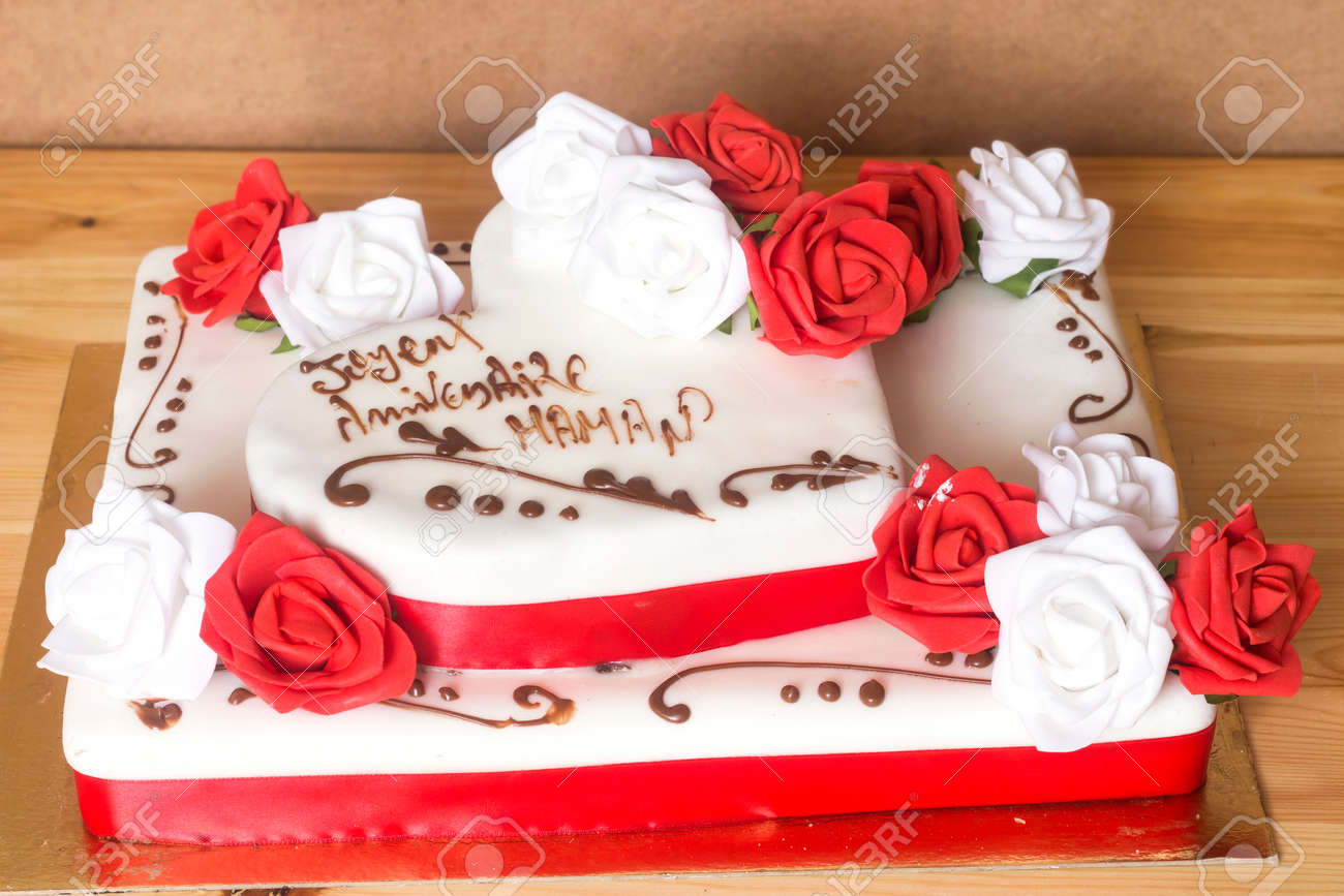 Beautiful And Delicious Cake With Happy Birthday Mom Text Translated In French Stock Photo