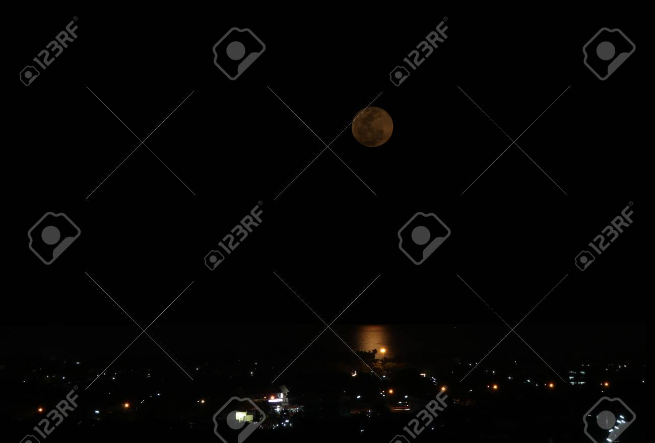 Luna Piena Sul Mare Nella Città Di Notte Foto Royalty Free Immagini
