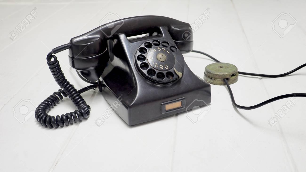 Holzfußboden Isolieren ~ Telefon antike schwarze farbe auf weißem holzboden isolieren