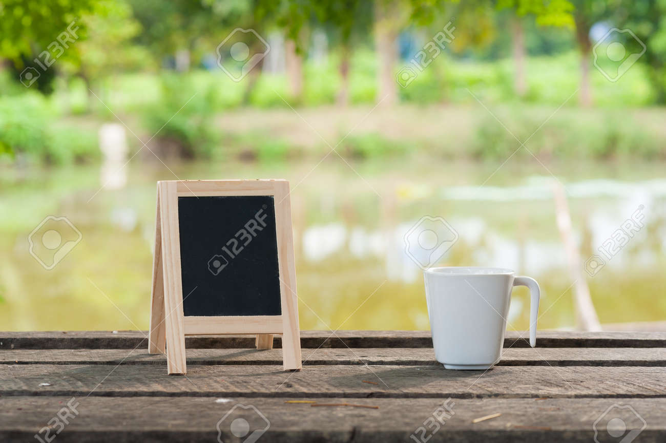 Una Pequeña Pizarra-marco Con El área En Blanco Para El Texto O ...