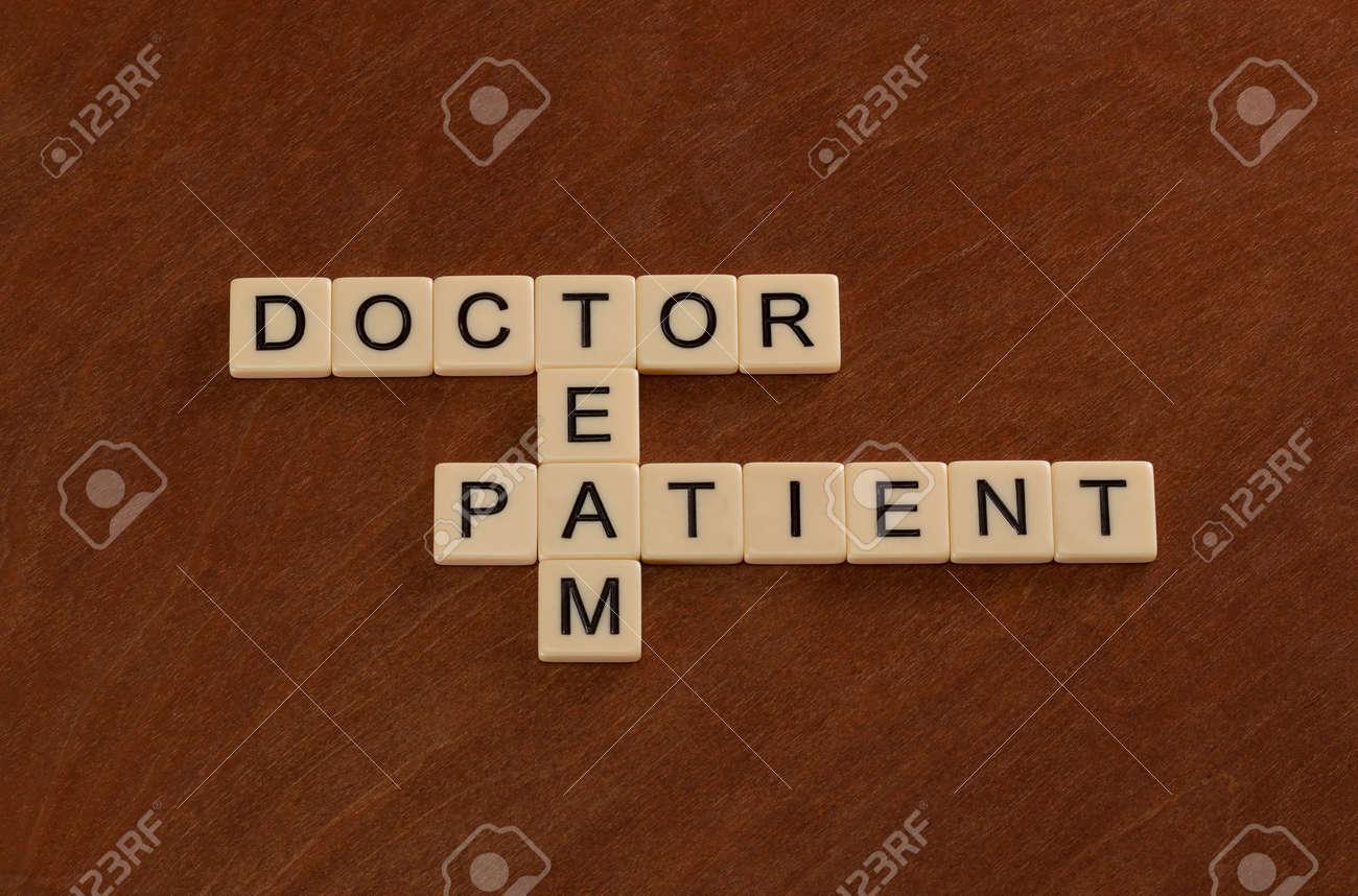 Cruciverba con parole doctor patient team. concetto di assistenza