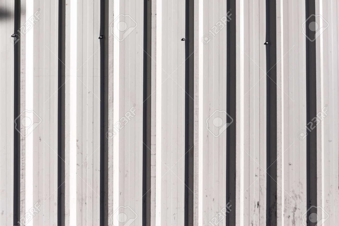 Licht Und Schatten Auf Weiss Metall Zaun In Sonnenlicht Lizenzfreie