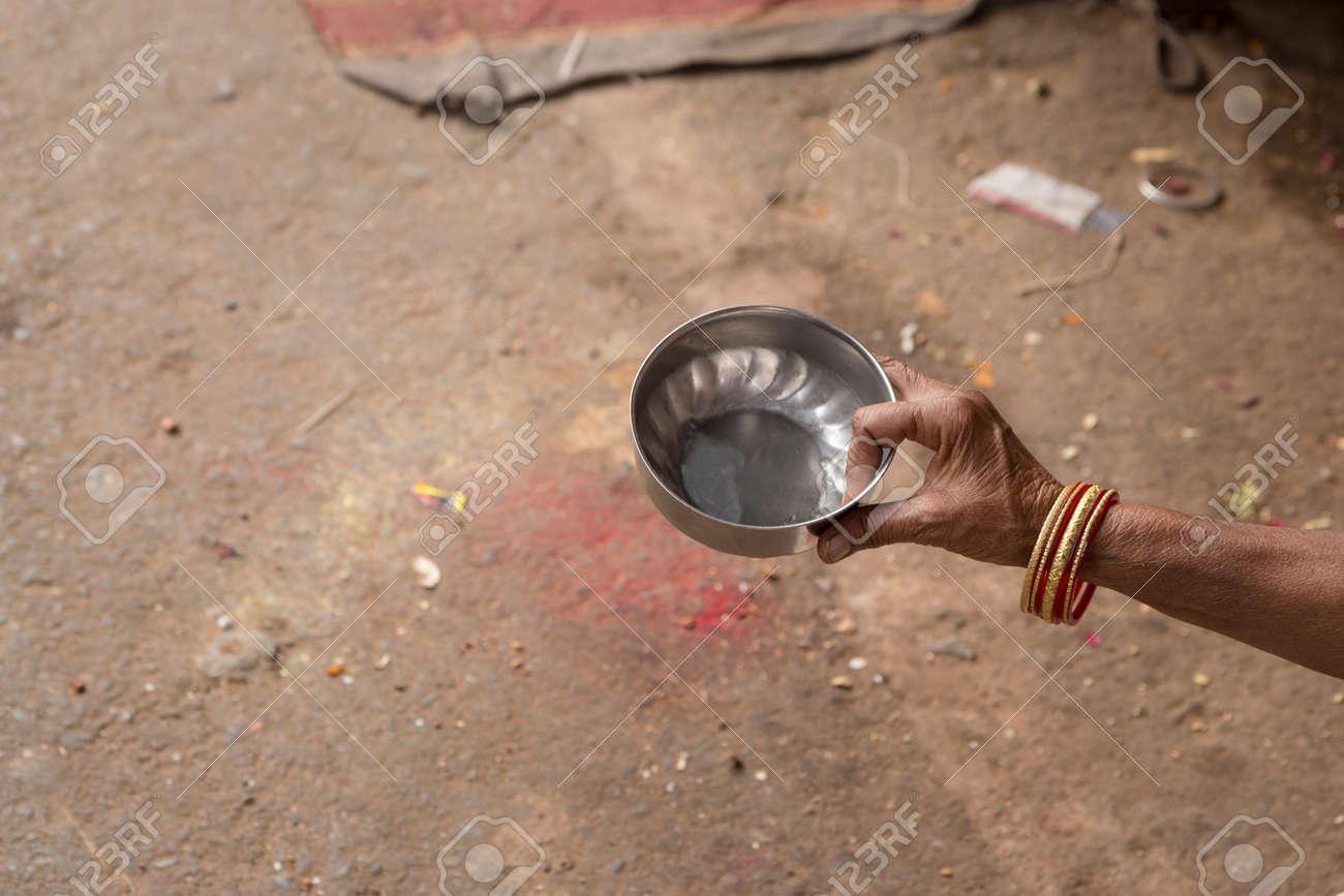 インドの乞食の手で物乞いのため小さな水のひしゃく の写真素材・画像 ...