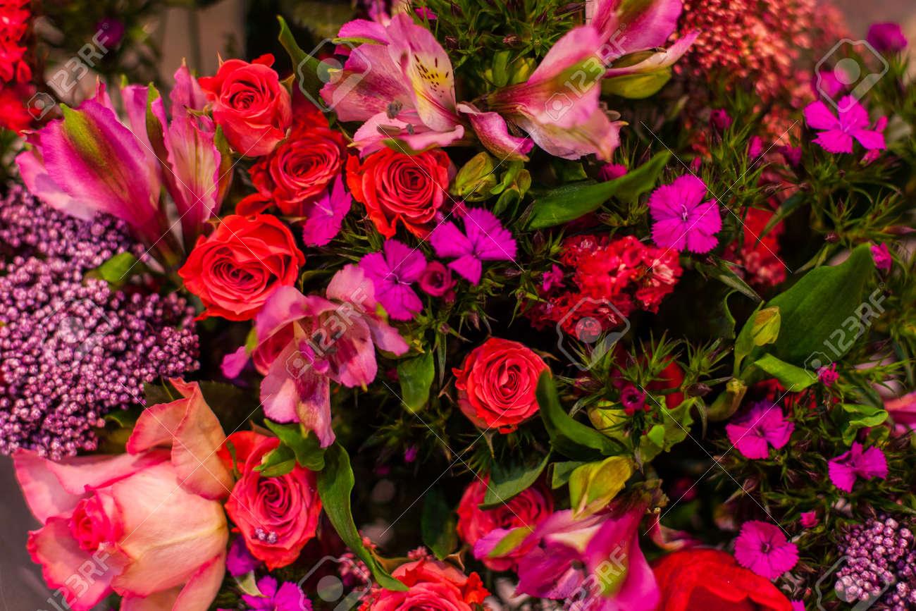 Schoner Blumenstrauss Von Hellen Blumen Nah Oben Floristik Dekor Lizenzfreie Fotos Bilder Und Stock Fotografie Image 93233529
