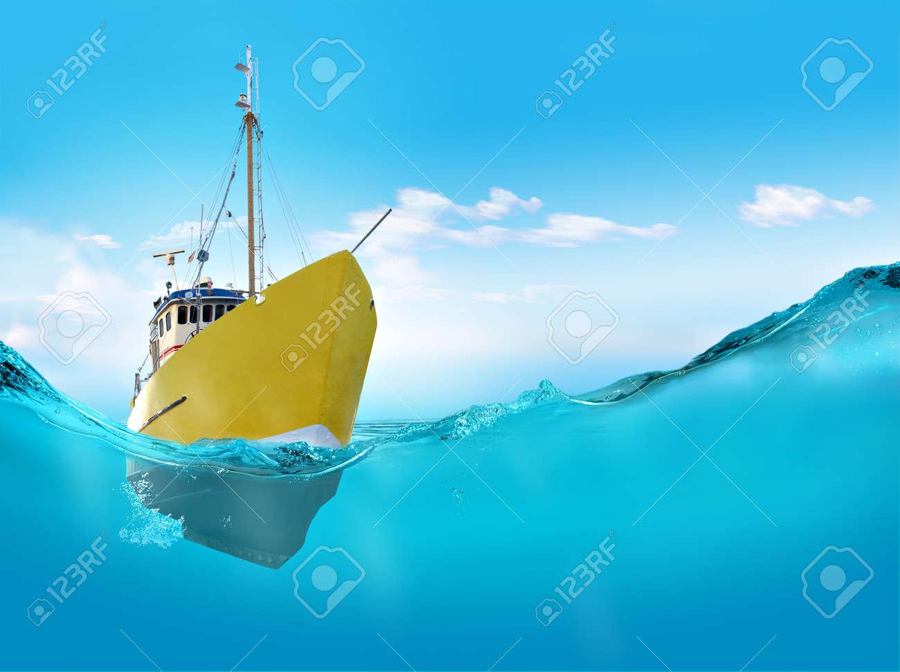 Ship in the sea - 14730039