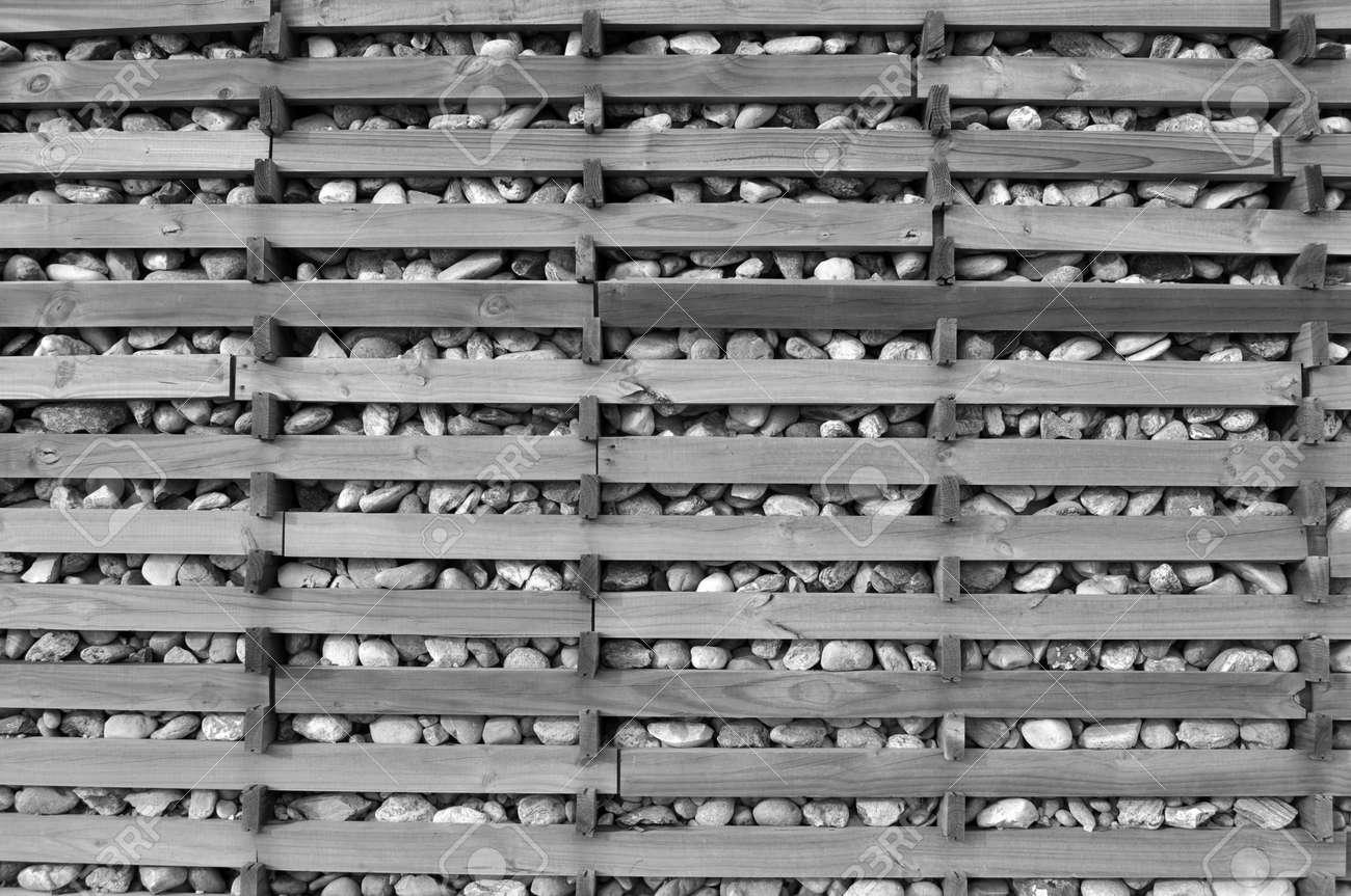 un muro de piedras con una estructura de madera foto de archivo