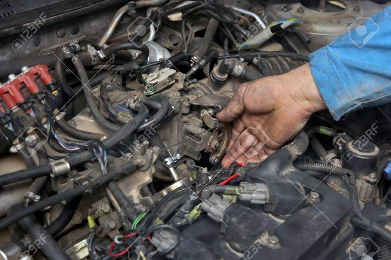 Wartung Von LPG Umgebauten Automotor, Arbeiter überprüfen Drossel ...