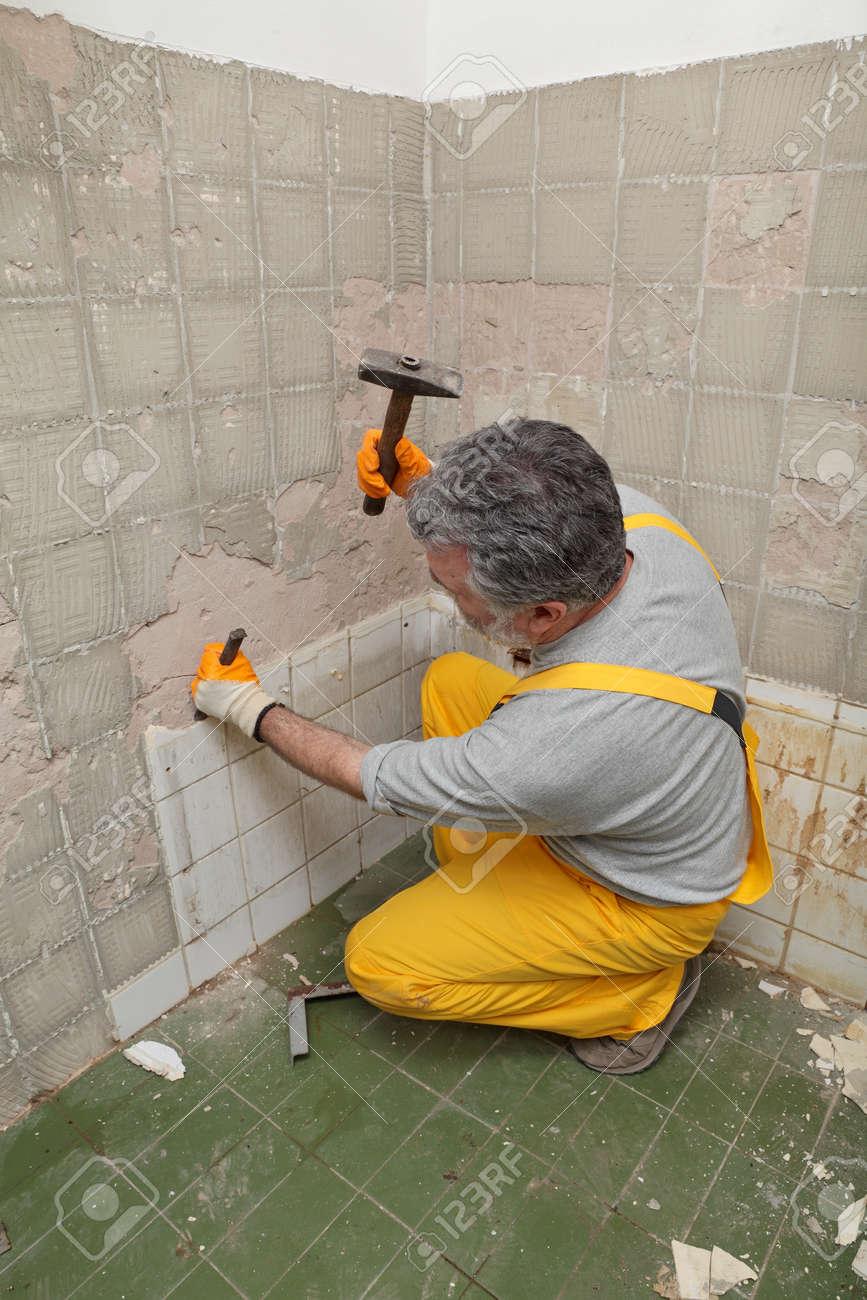 Erwachsene Arbeits Entfernen Zerstoren Alte Fliesen In Einem