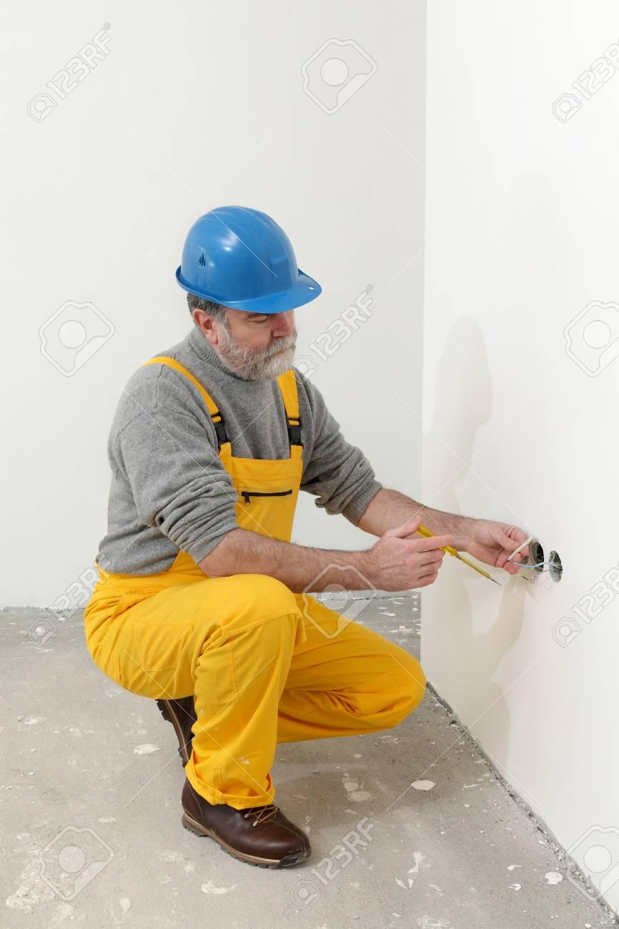 Elektriker Installation Elektrischer Stecker An Der Wand Und Mit ...