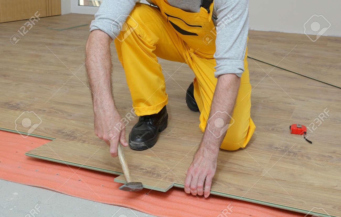 Erwachsene Männliche Arbeiter Der Installation Von Laminat - Holzfliesen innenraum