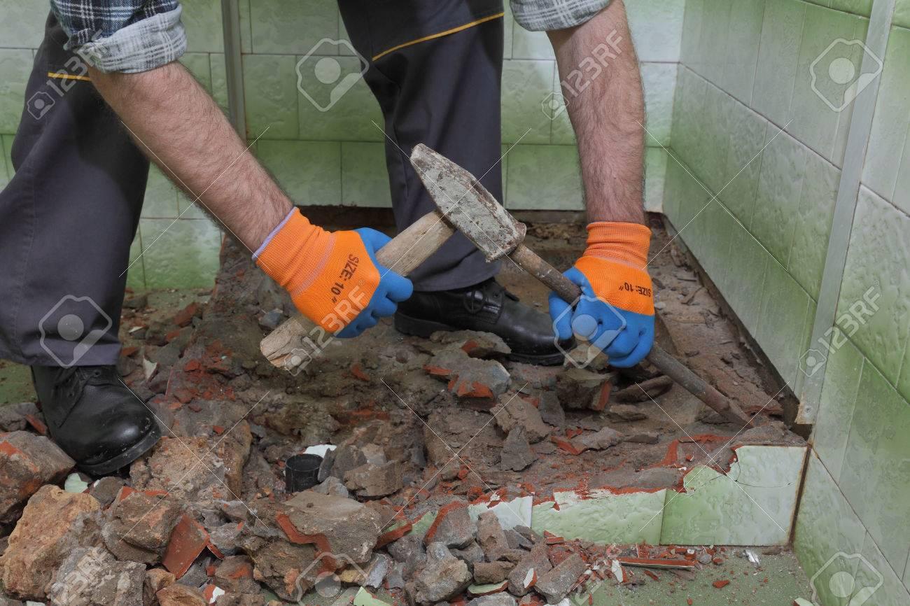 Que Faire Avec Une Vieille Baignoire travailleur supprimer, démolir la vieille baignoire et tuiles avec