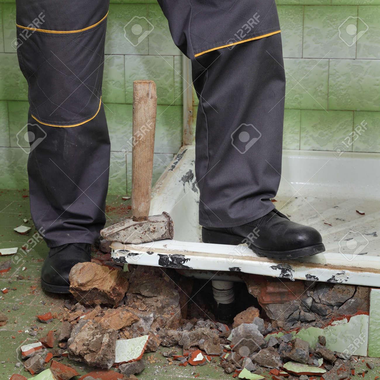 Que Faire Avec Une Vieille Baignoire travailleur supprimer, démolir vieille baignoire et les carreaux