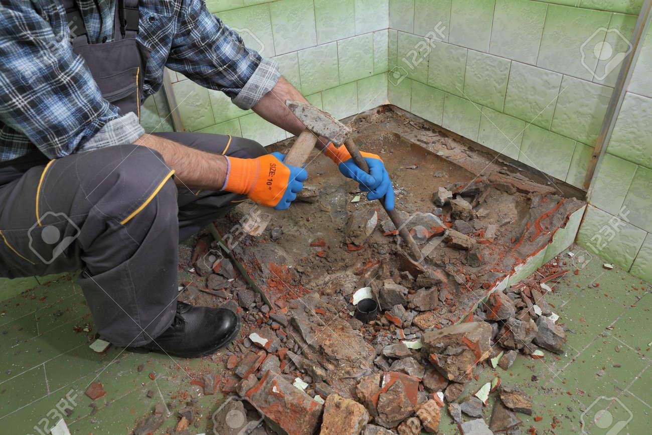 Génial Que Faire Avec Une Vieille Baignoire travailleur supprimer, démolir la vieille baignoire et tuiles avec