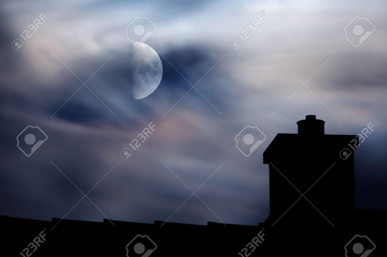 Eine Halbe Mond Hinter Verträumten Wolken über Einem Dach Silhouette ...