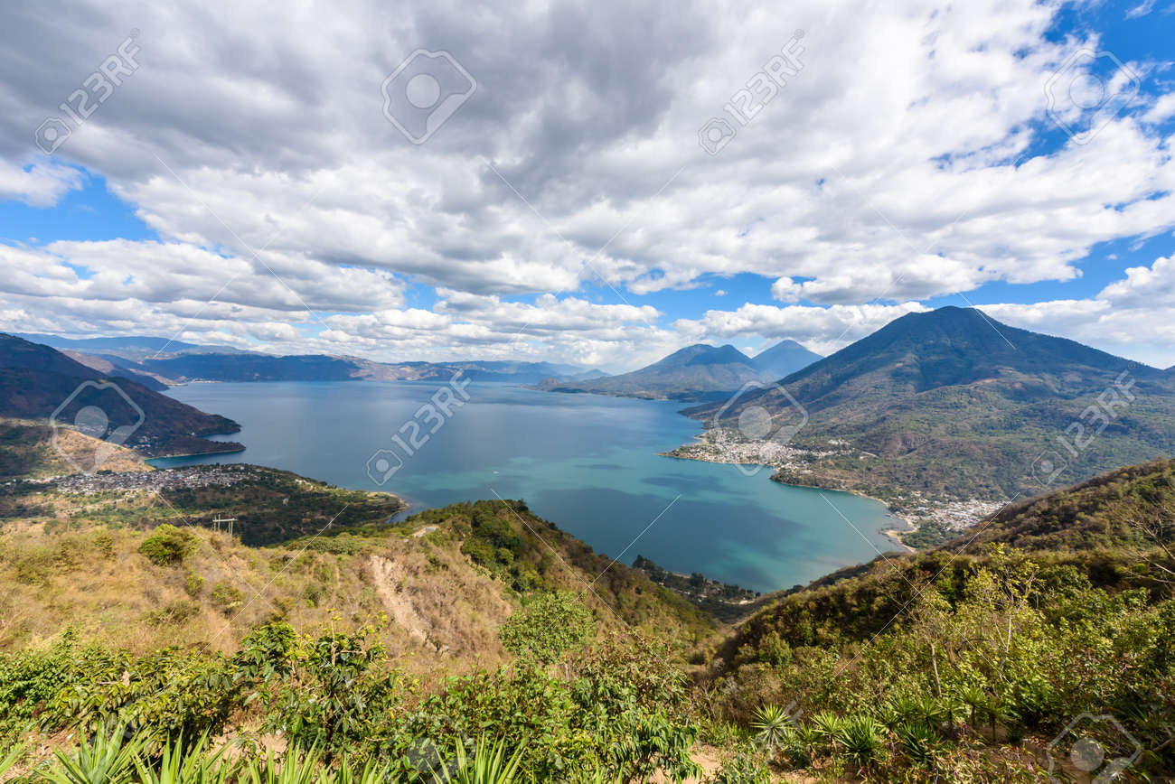 Vista Panorámica Al Lago Atitlán Con Volcanes - Pequeños Pueblos San ...