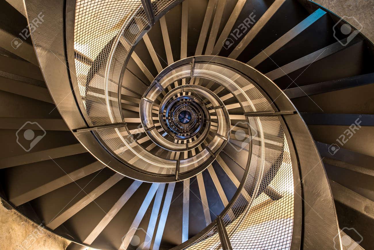 タワーの建物の建築、インテリアの螺旋階段 写真素材 , 83912221
