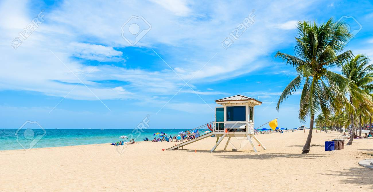 Paradise beach at Fort Lauderdale in Florida on a beautiful sumer day. Tropical beach with palms at white beach. USA. - 90247218