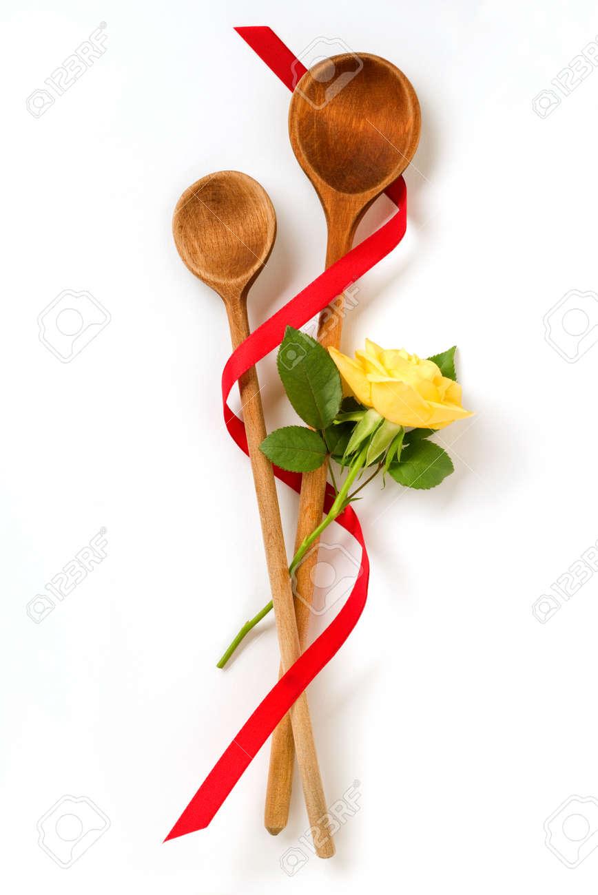 Immagini Stock - Due Cucchiaio Da Cucina Di Legno Con Rosa Gialla ...