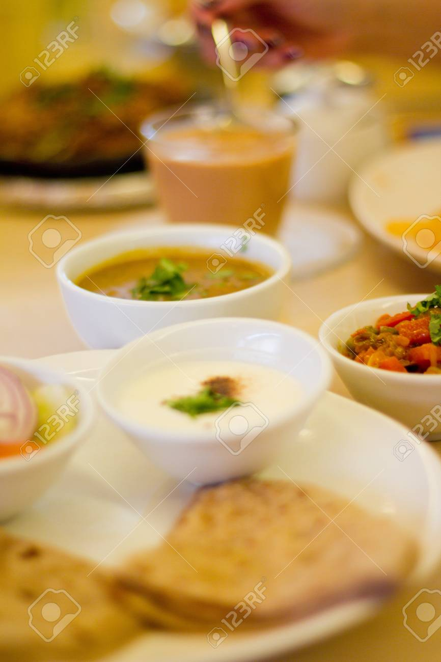 Verschiedene Vegetarische Gerichte - Joghurt, Bean Dhal Curry ...