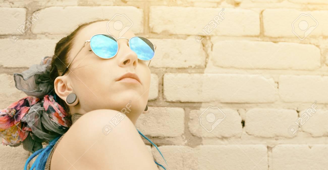 Gafas Activa Una Chica De La En Y Moda Retrato Joven Última PTXZiOku