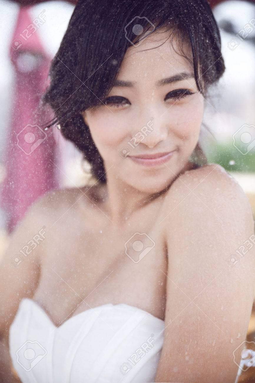 Chica Asiática, Con Un Vestido Blanco De Pie Bajo La Lluvia Fotos ...