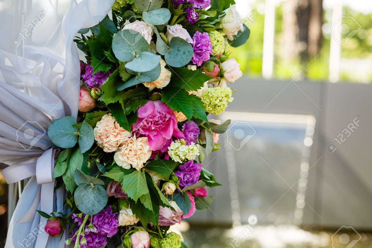 Wedding decoration ceremony chandelier in the arch of flowers foto banco de imagens wedding decoration ceremony chandelier in the arch of flowers junglespirit Choice Image