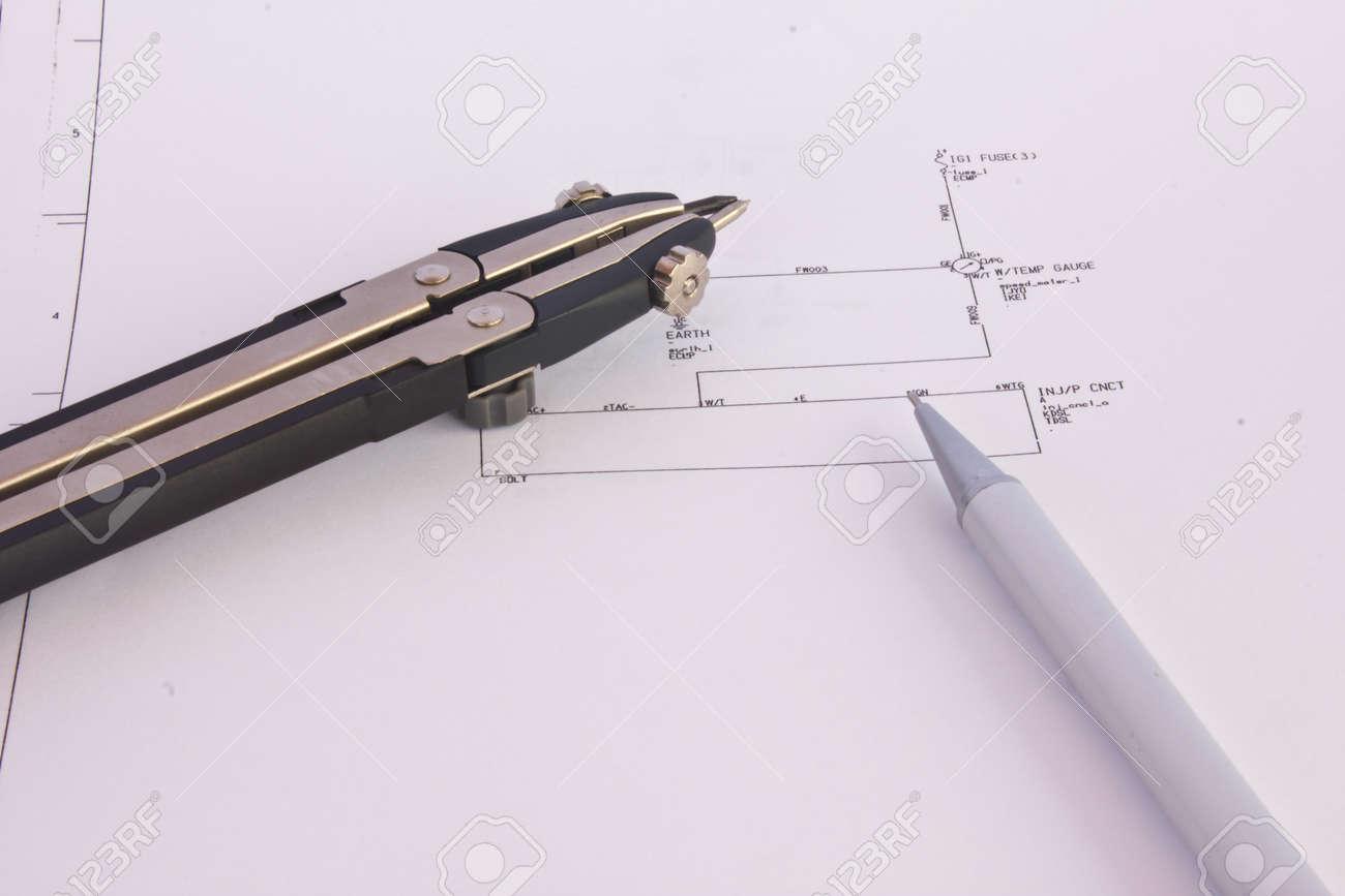 Hochladen - Strom-Diagramm (Zeichnungen Oder Entwürfe) Mit Stift Auf ...