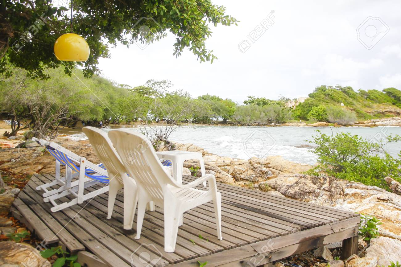 Perspectiva Vacía Antiguo Piso De Terraza De Madera Balcón Con Silla De Playa De Madera Blanca Y Sombrilla Azul En La Playa Tropical
