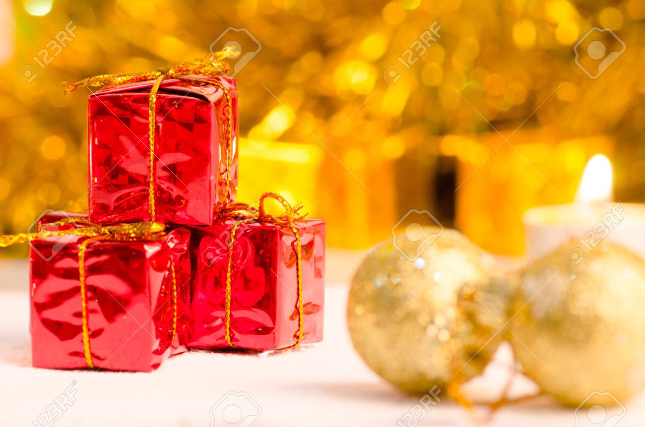 Kerst Scène En Nieuwe Jaar Achtergrond Voor Kunst Ontwerp Met Rode Cadeau Doos Sneeuw Goud Bokeh Achtergrond