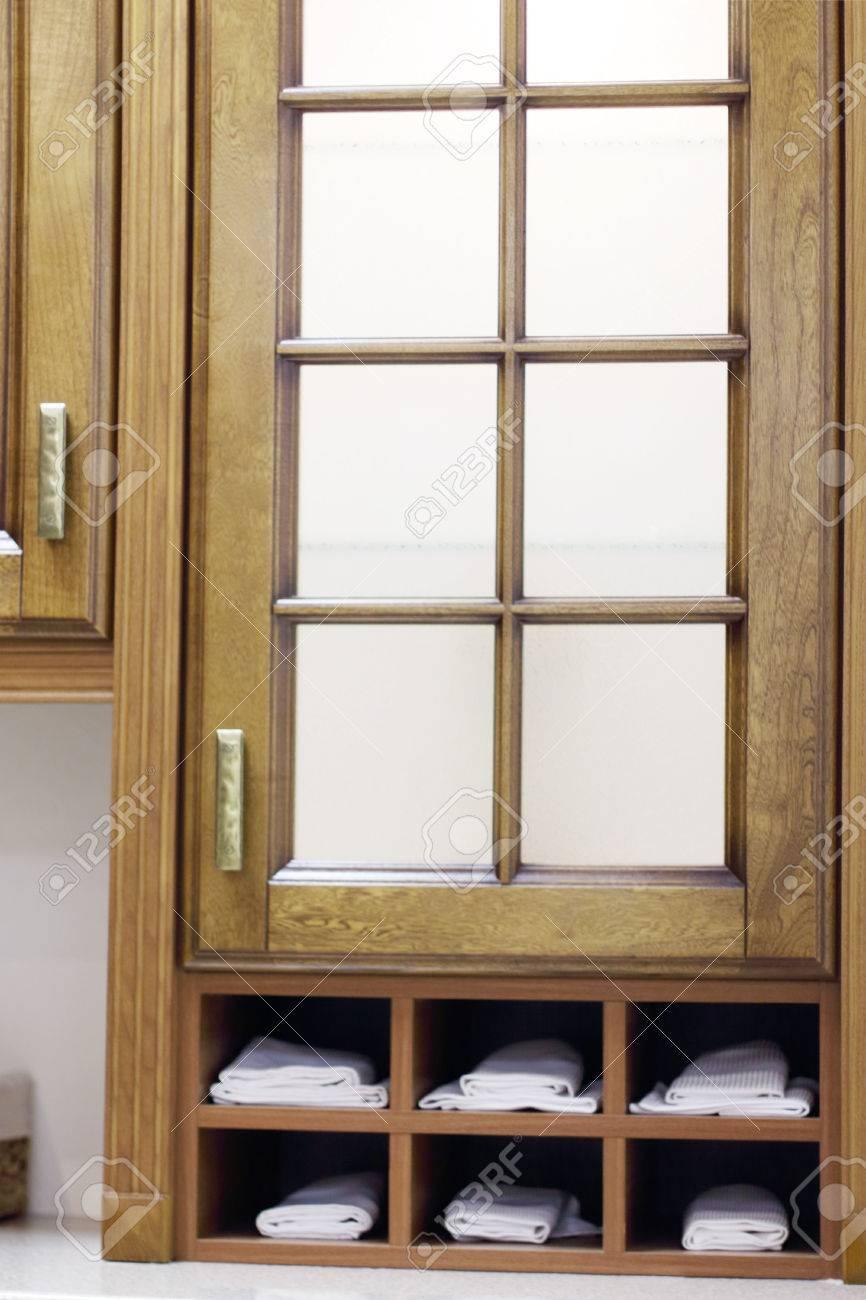 Stilvolle Holzschrank Mit Einlegeboden Mit Weissen Handtucher In Der