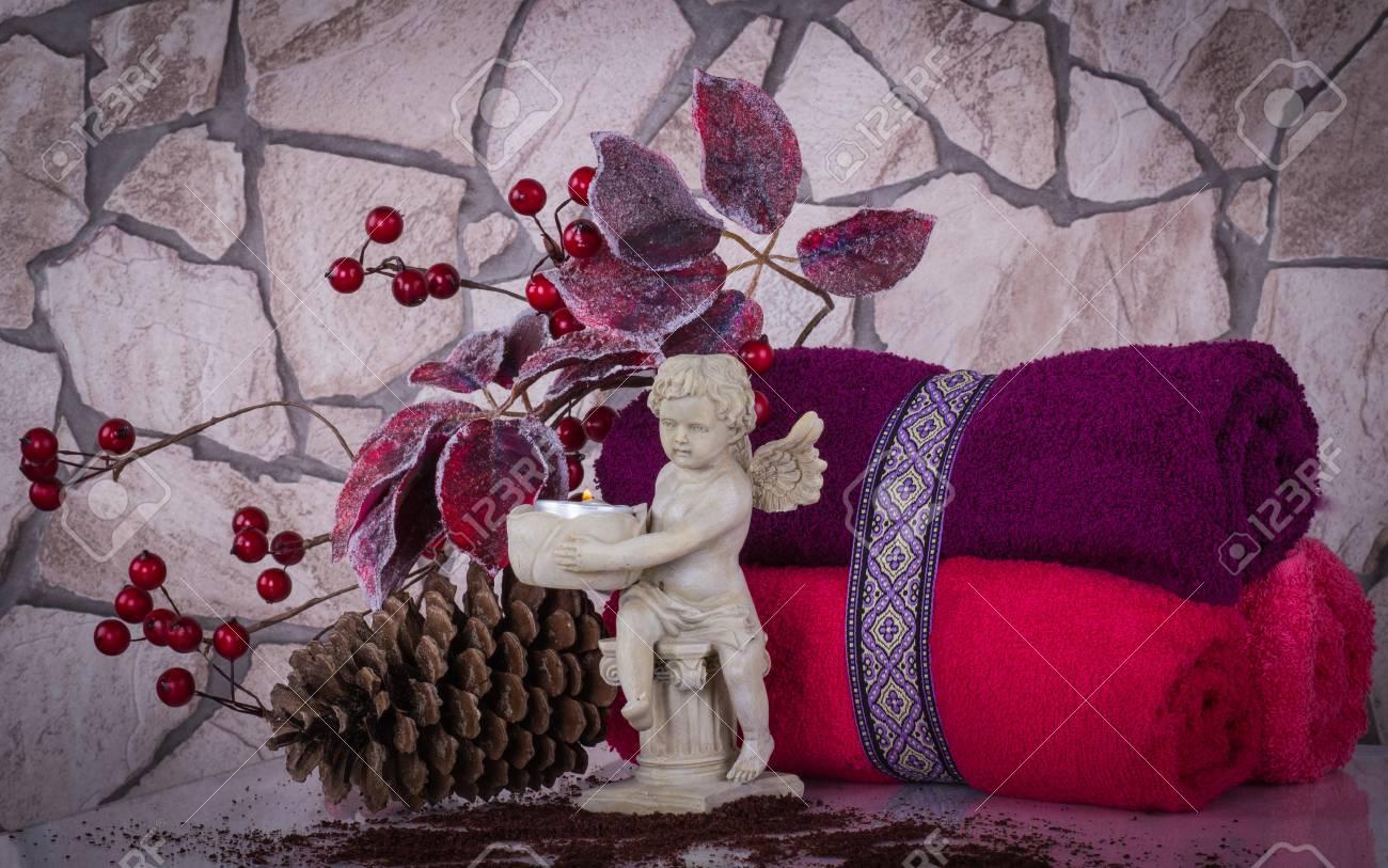 Weihnachten SPA Zusammensetzung Mit Handtüchern, Engel Statuette Und ...