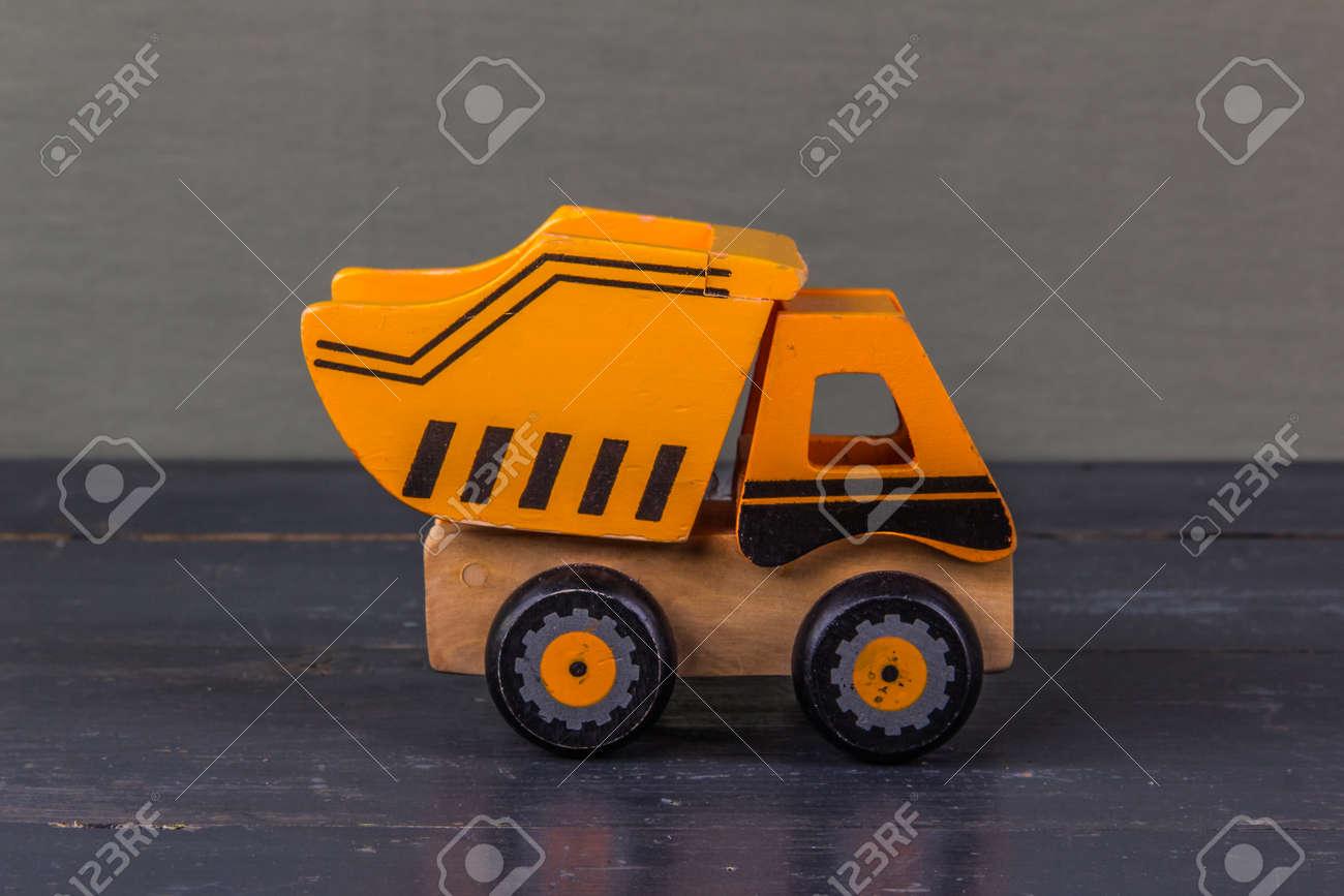Primer Camión Madera Juguete En De Madera Del Fondo Coche El E2bDHeW9IY