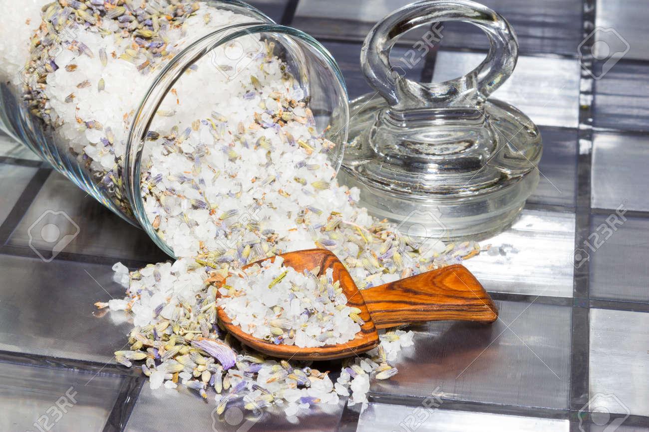 f19deefe7 ... Popurrí aromático con una mezcla de flores naturales, virutas de  plantas y especias derrame de un frasco de vidrio sobre una superficie de  azulejos con ...
