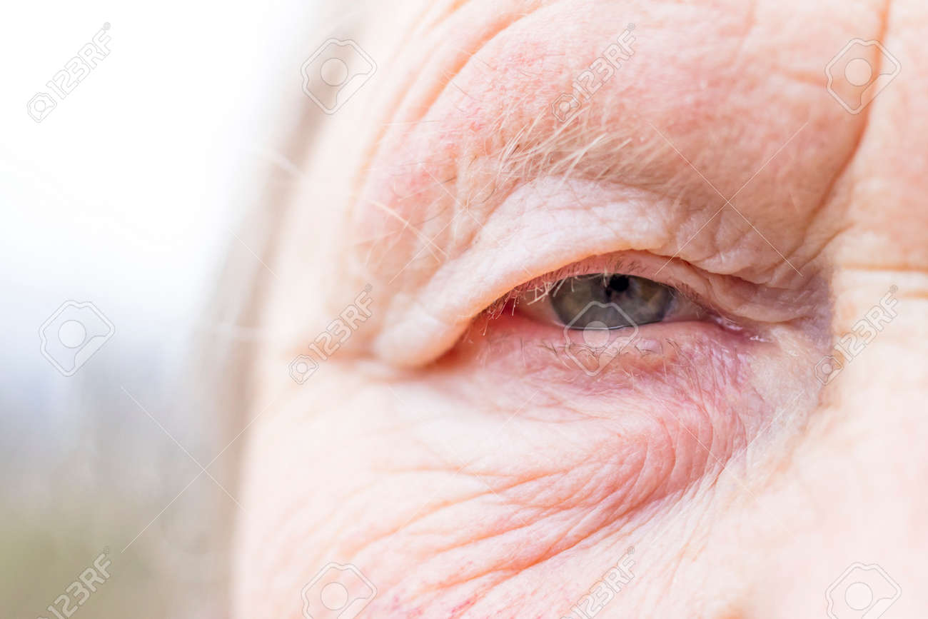 Close-up. Woman aged. Eye in the center of the frame. The pupil has soft focus, the concept of poor eyesight, everything is blurry. - 138706382