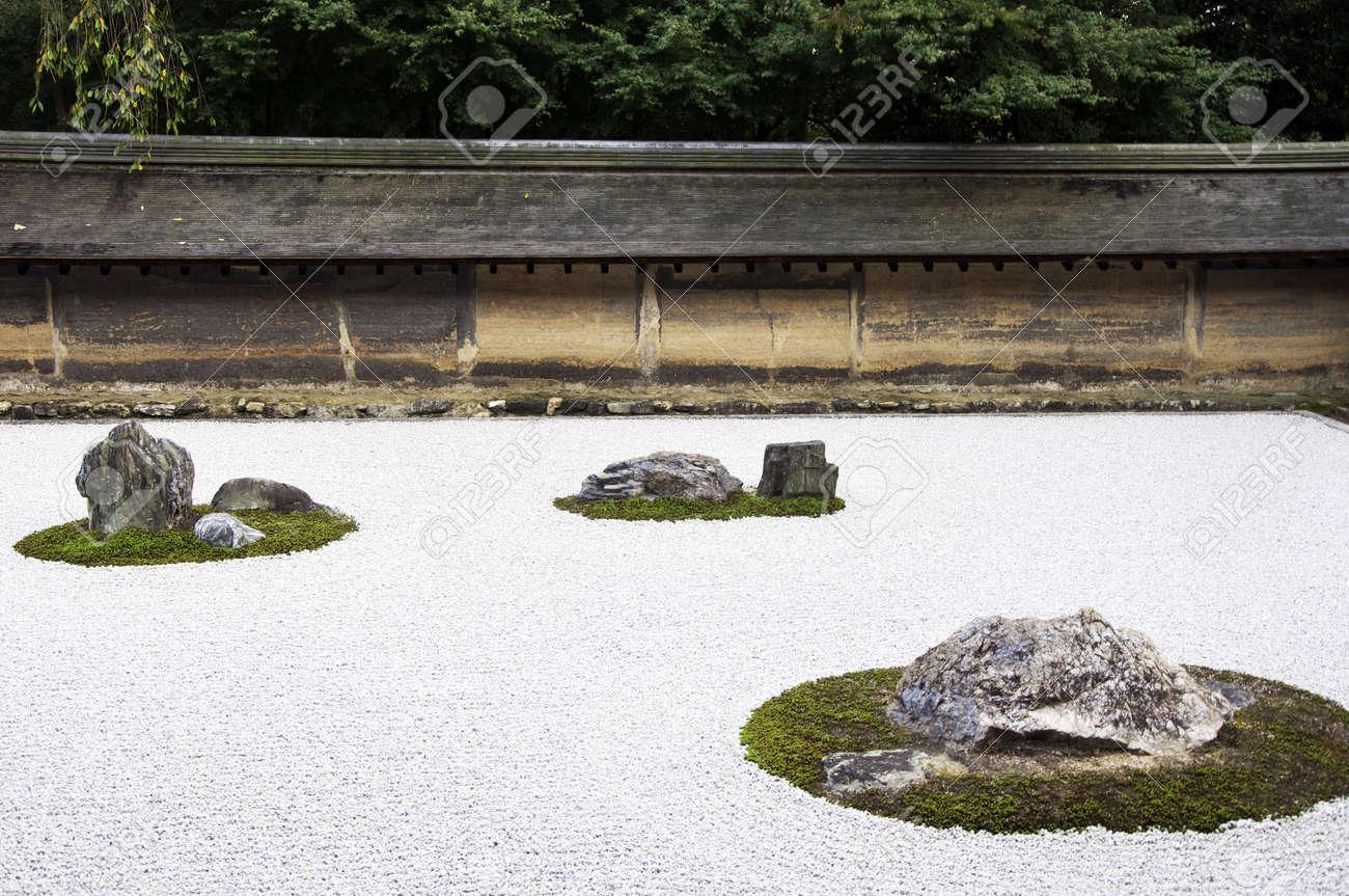 Trädgård Grus : Zen rock garden i ryoanji templet en trädgård femton stenar på