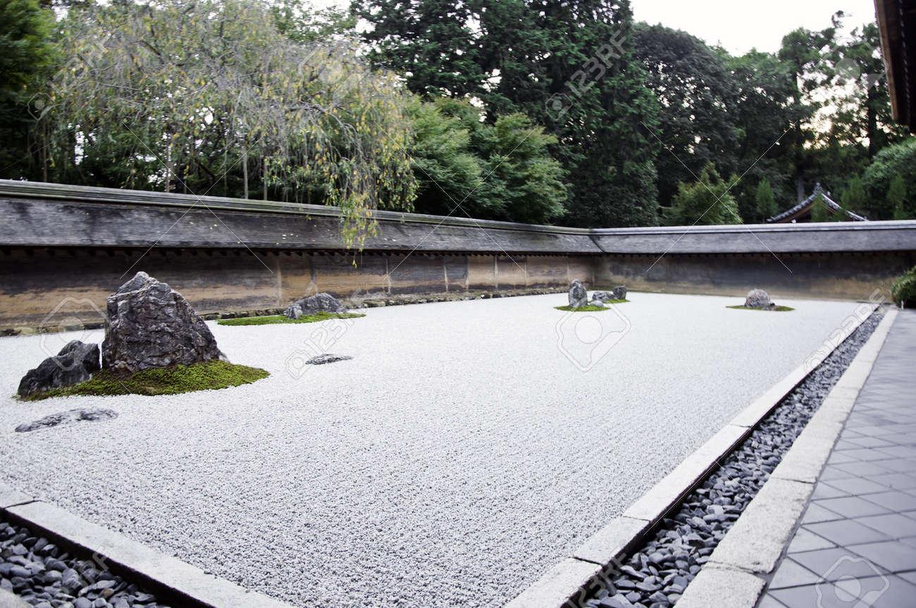 Un Jardin De Rocaille Zen Temple Ryoanji Dans Un Jardin Quinze ...