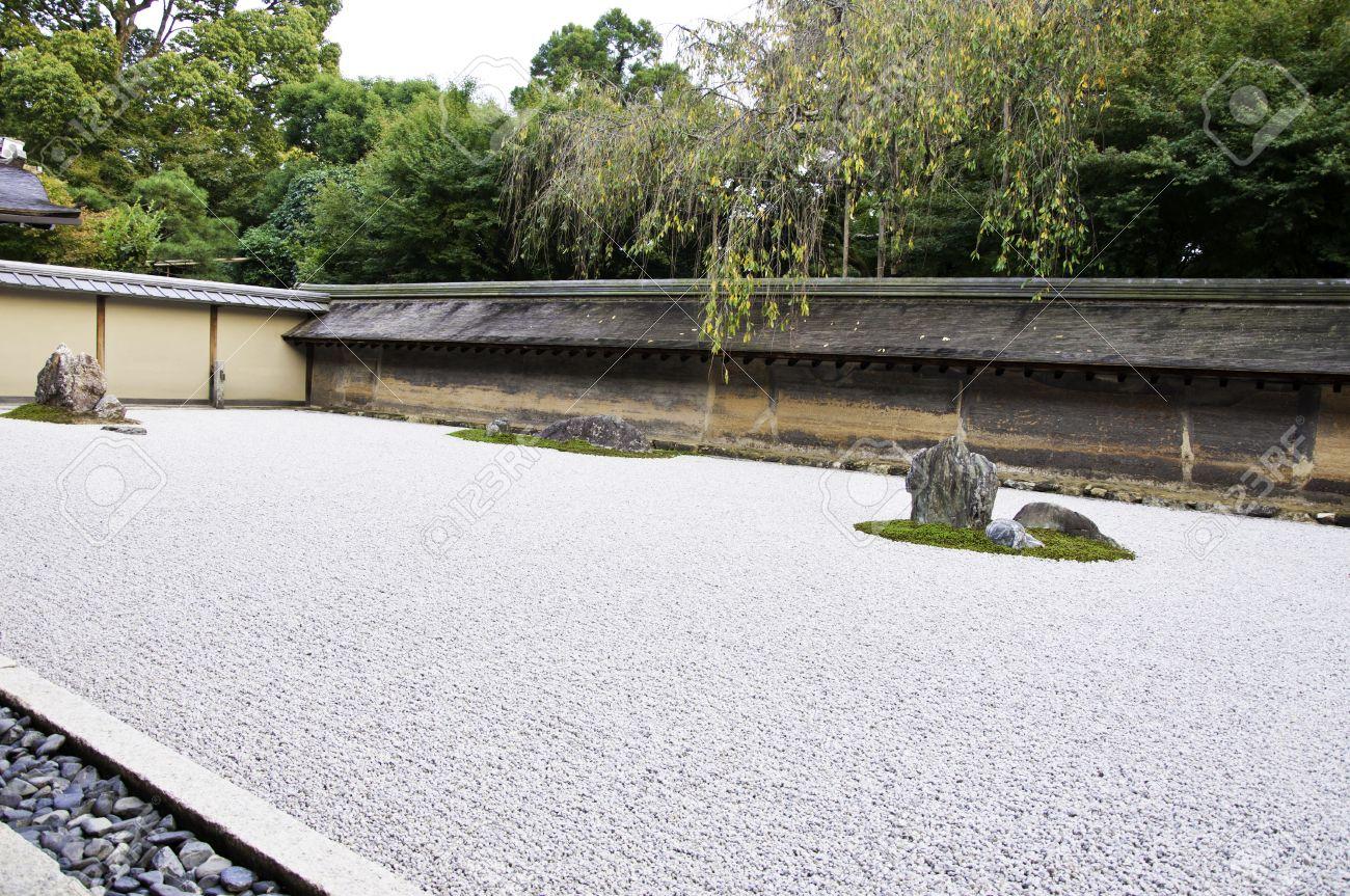Rock Garden à Ryoanji Temple.In un jardin quinze pierres sur le gravier  blanc. Kyoto.Japan.